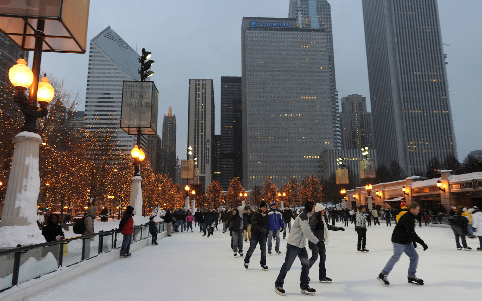 B8GB30 USA Chicago Illinois IL Winter Millennium Park public skating rink McCormick Tribune Plaza Ice Rink. Image shot 2009. Exact date unknown.