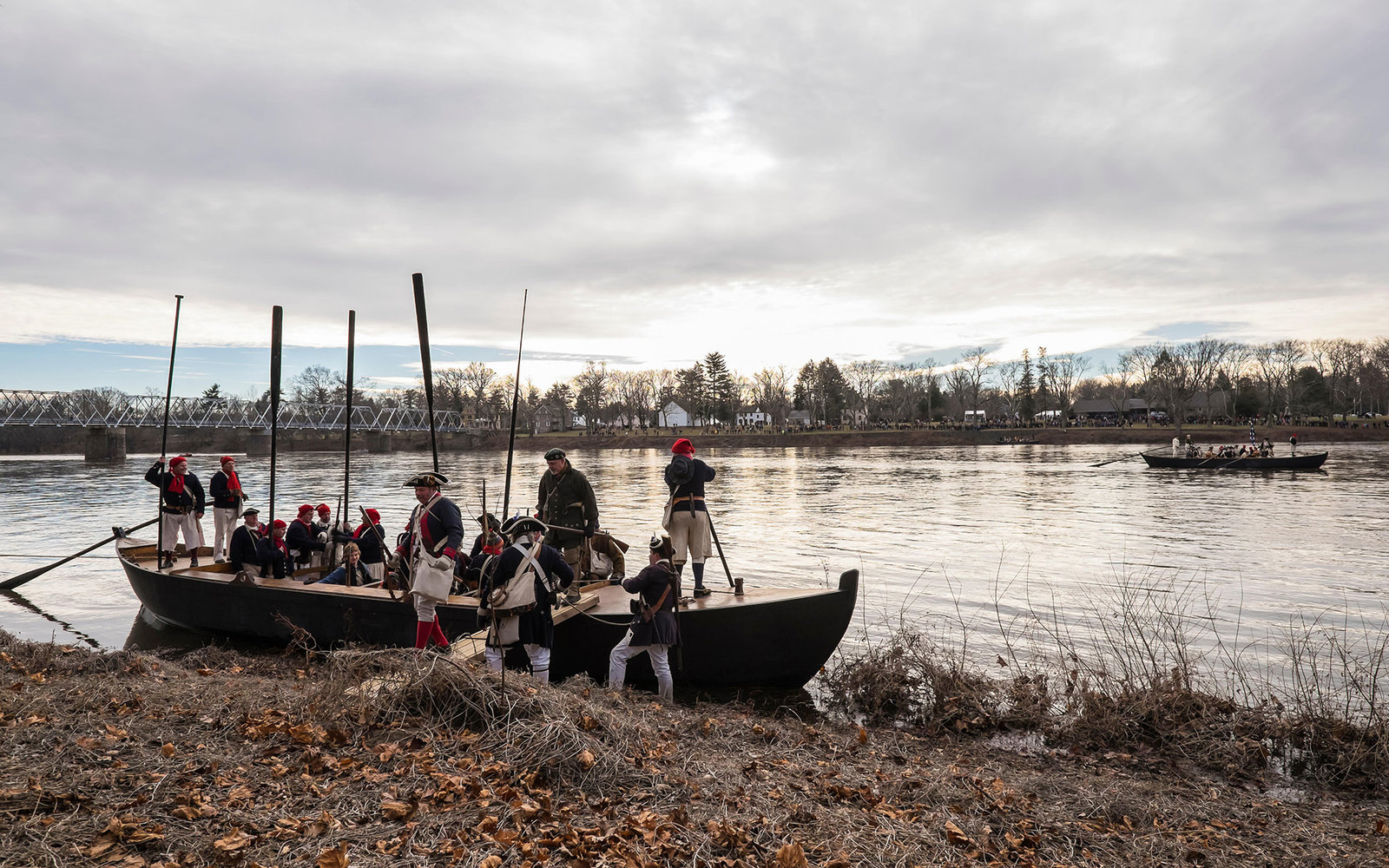 DNFY38 WASHINGTON CROSSING, NEW JERSEY - December 25, 2013: Soldiers land in New Jersey as part of a reenactment of Washington's crossing of the Delaware River.  Over 100 reenactors celebrated the 237th anniversary of the event. © Jeffrey Willey/Alamy Li