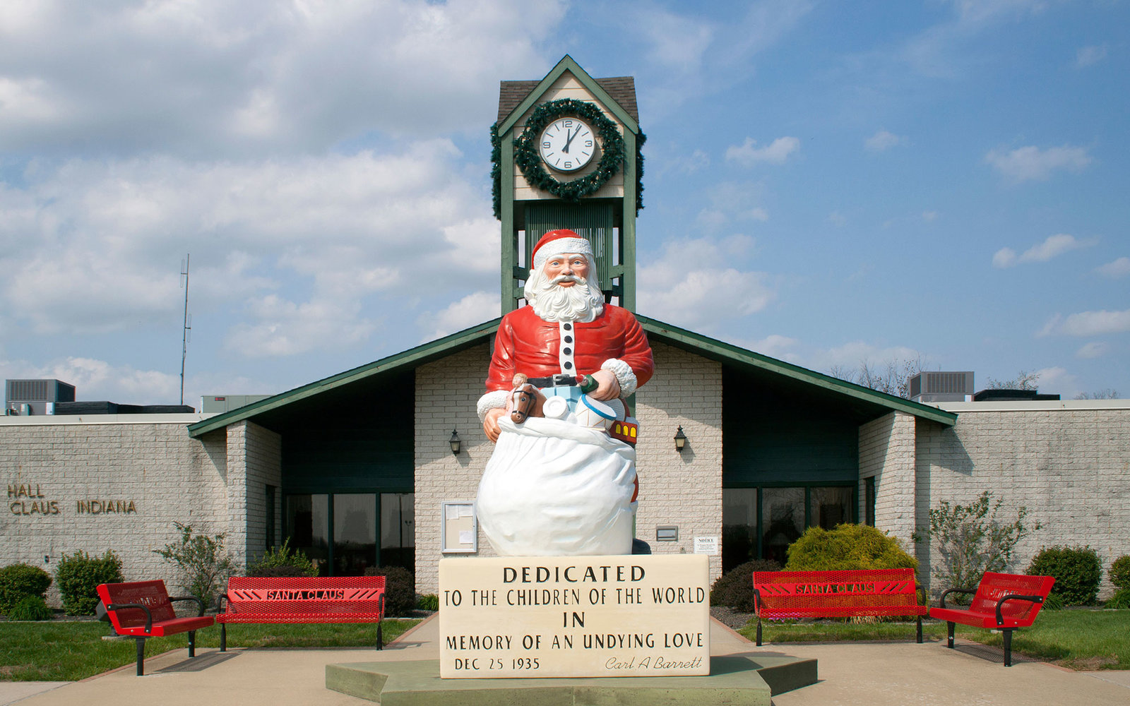 D8C34E Giant Santa statue at the Town Hall in Santa Claus Indiana