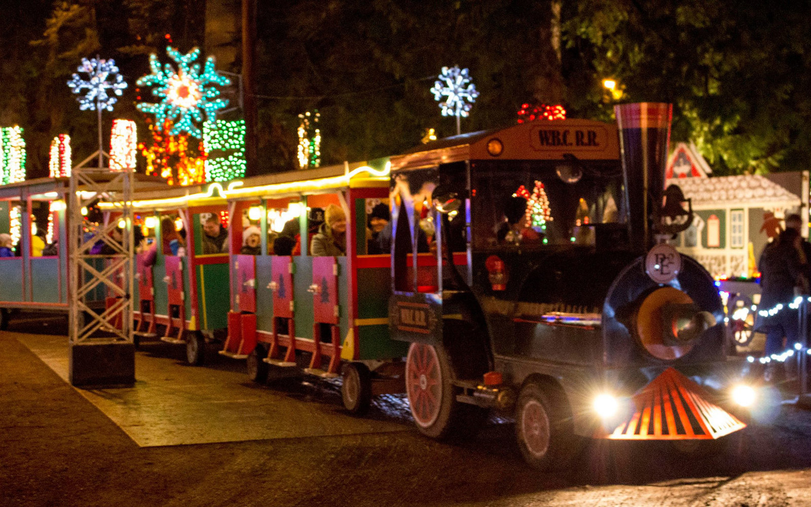 The Best Christmas Light Displays In Every State Travel Leisure - 6 christmas attractions you can visit year round