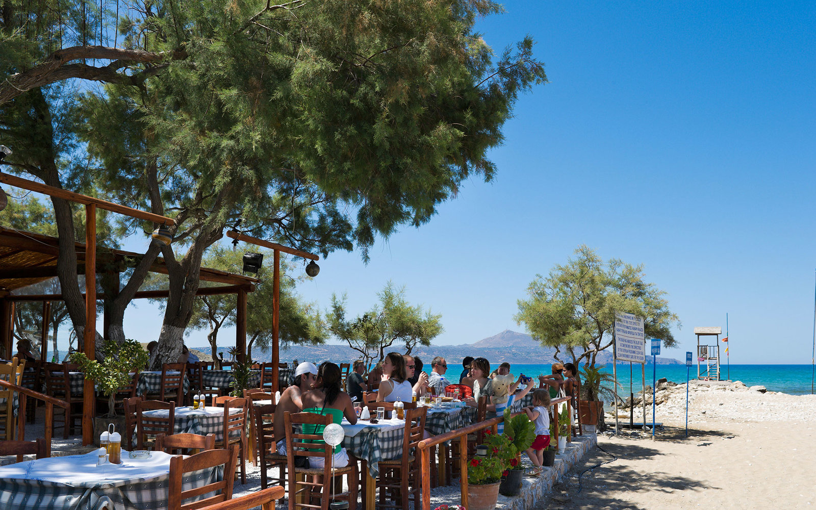 BCG9A3 Traditional Taverna on the beach at Almyrida, Chania Province, Crete, Greece