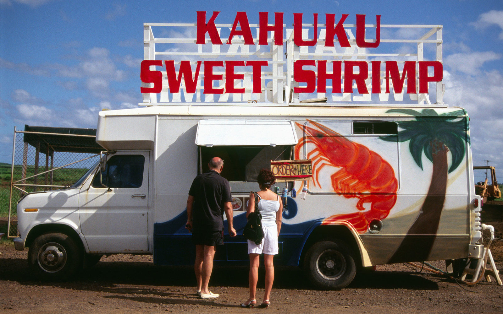 AR692N A couple ordering at shrimp truck on the north shore of Oahu, Hawaii.. Image shot 2007. Exact date unknown.