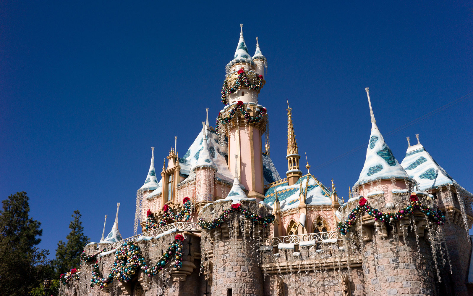 DT75J1 DISNEYLAND SLEEPING BEAUTY CASTLE AT CHRISTMAS