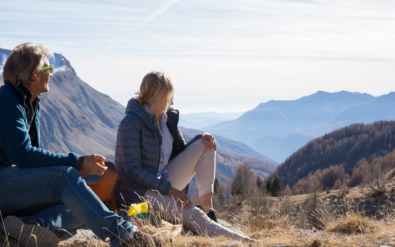 Hiking couple enjoy picnic stop on mtn pass