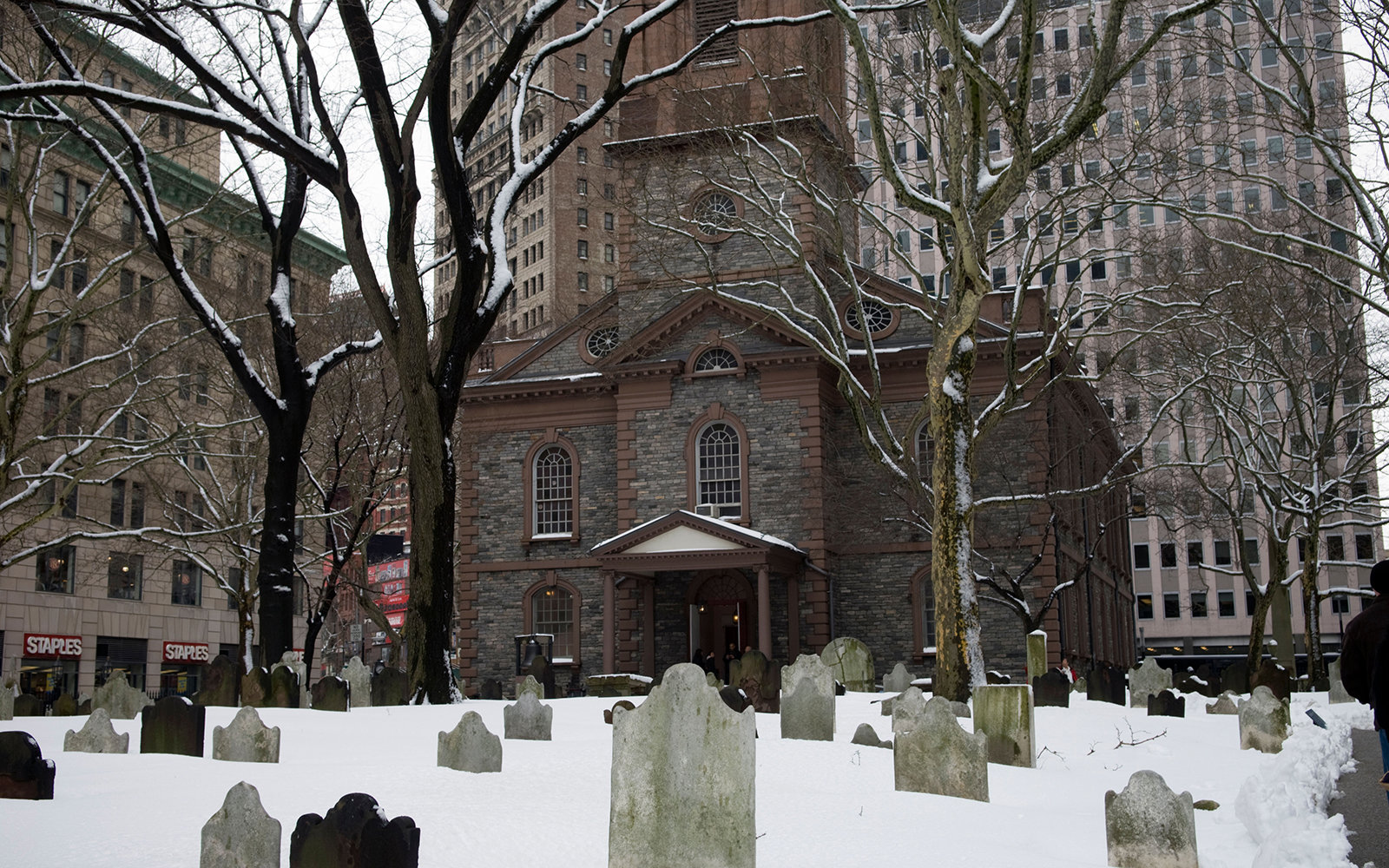 BHYXNB The cemetery of St. Paul's Chapel in the snow in Lower Manhattan on Saturday, February 27, 2010. (© Frances M. Roberts)