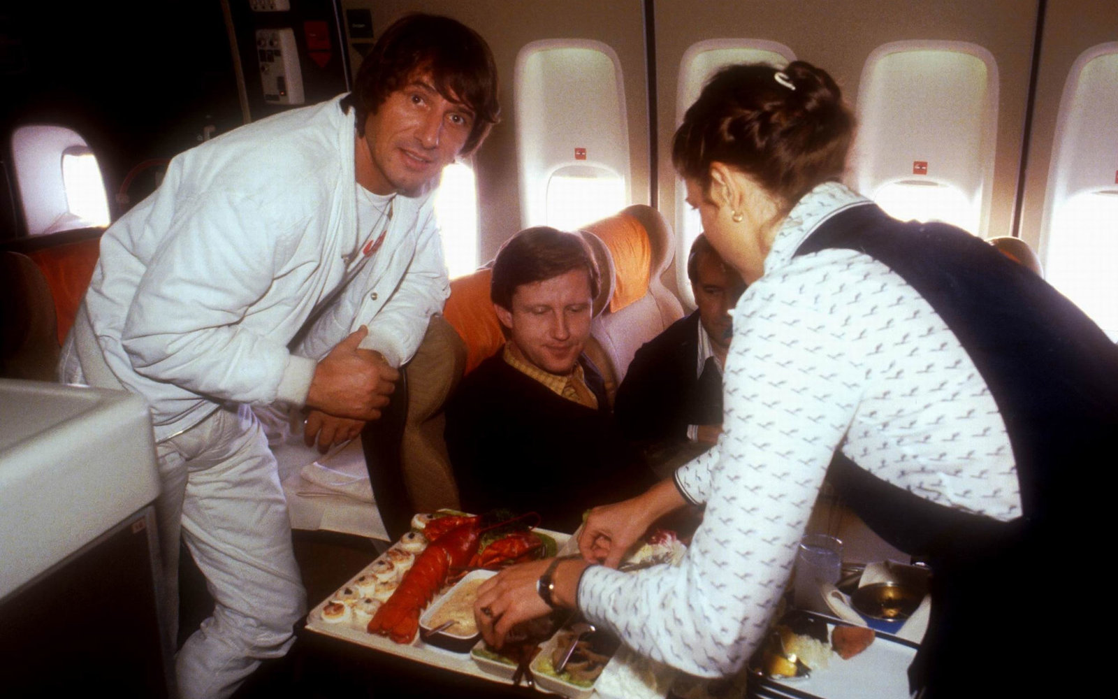 Udo Jürgens (li.), Name auf Wunsch (mi.), Stewardess, Flug nach Los Angeles, Californien, USA, 01.09.1980, Essen, Hummer, Sänger, Schlagersänger, Promis, Prominente, Prominenter, (Photo by Peter Bischoff/Getty Images)