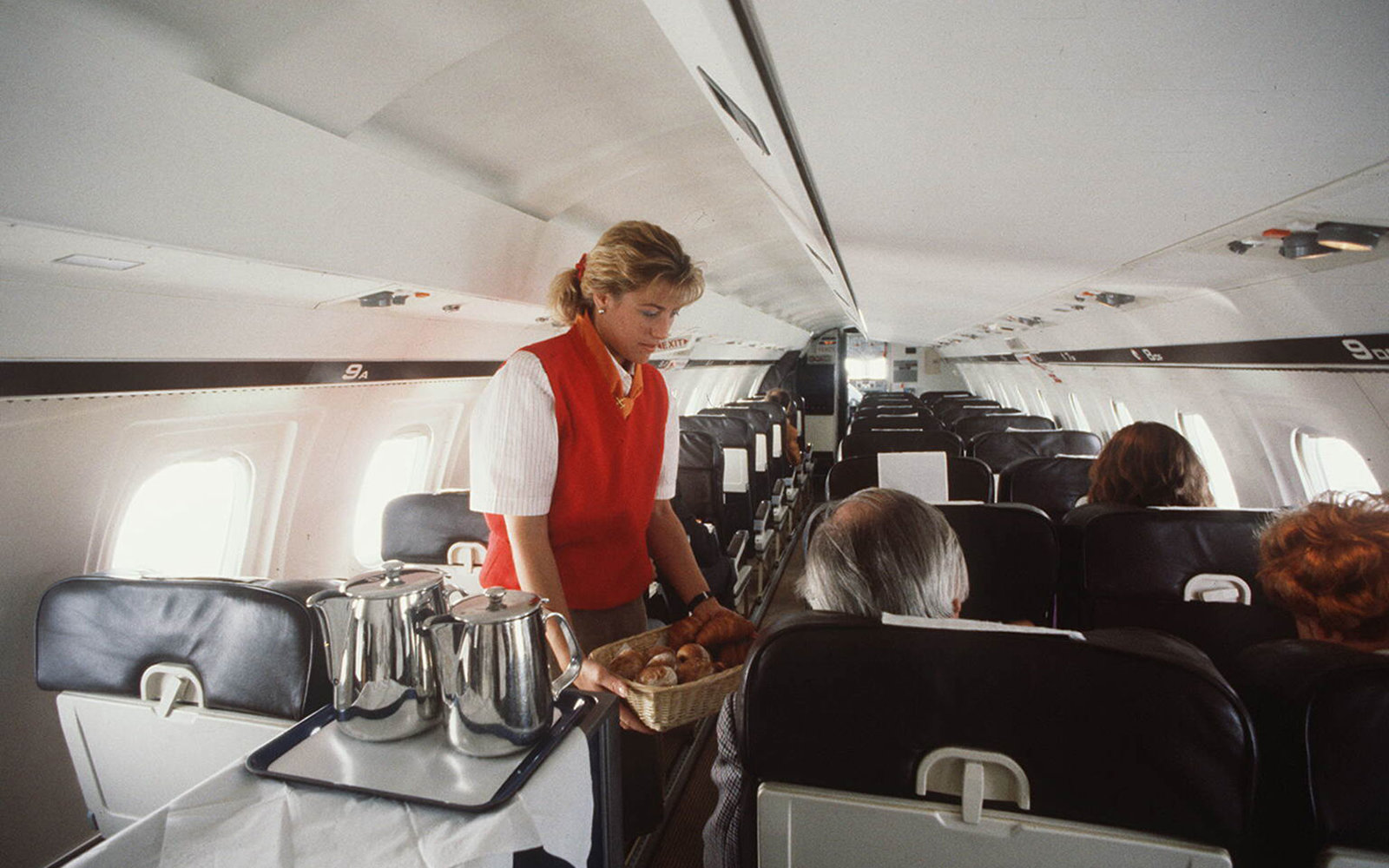(GERMANY OUT) Stewardess serviert in einemRegionalflugzeug der `Tempelhof Airways'aus Berlin- Oktober 1990 (Photo by Rieth/ullstein bild via Getty Images)