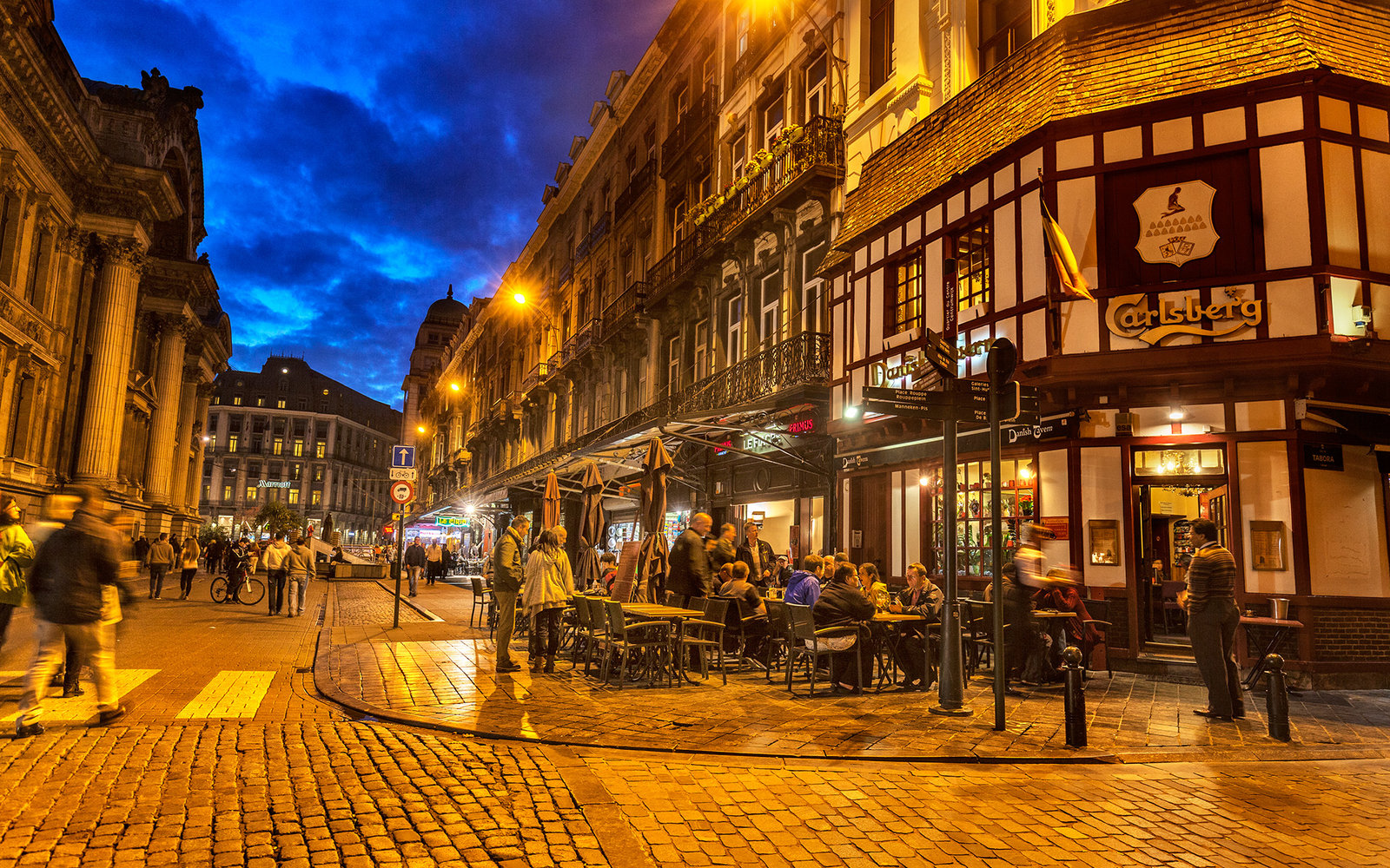 Outside dining and bar in Rue de La Bourse