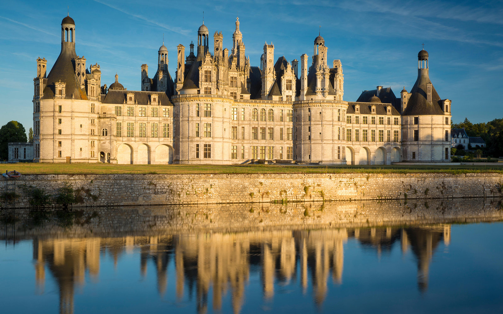EWXXDN Sunset over the massive, 440 room, Chateau de Chambord, Loire-et-Cher, France