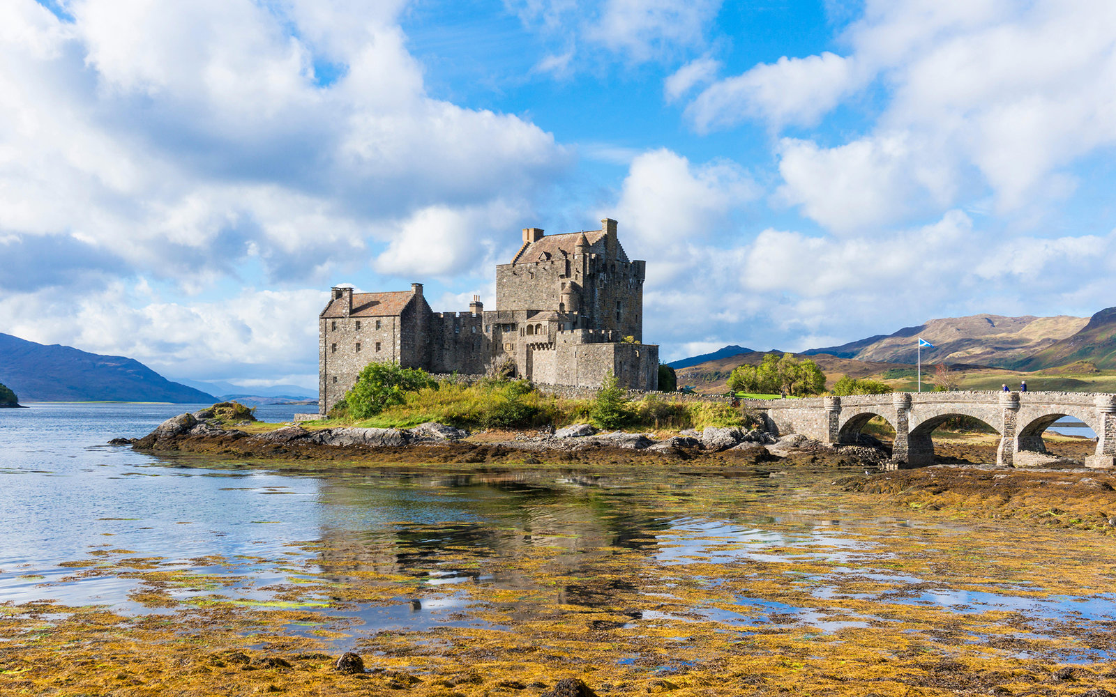 FARXC0 Eilean Donan Castle on the shore of Loch Duich Ross and Cromarty Western Highlands of Scotland UK GB EU Europe