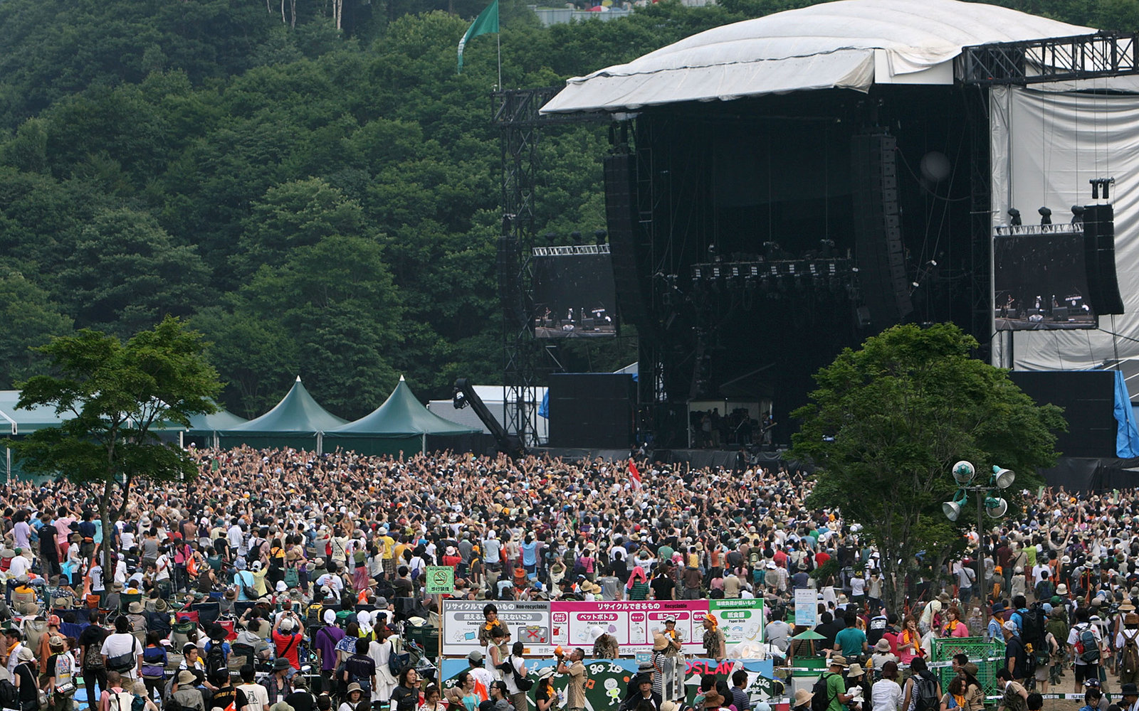 YUZAWA, JAPAN - JULY 26:  People enjoy a concert during the Fuji Rock Festival at Naeba Ski Resort on July 26, 2008 in Yuzawa, Niigata, Japan.  (Photo by Kiyoshi Ota/Getty Images)