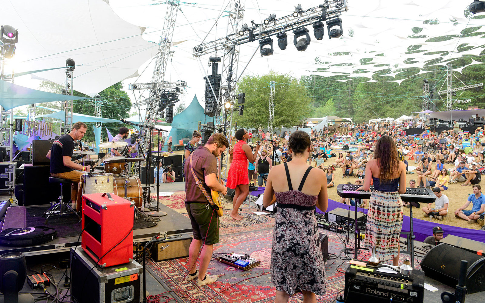 HAPPY VALLEY, OR - AUGUST 02:  Liz Vice performs on stage at Pickathon festival at Pendarvis Farm on August 2, 2015 in Happy Valley, Oregon.  (Photo by Anthony Pidgeon/Redferns)