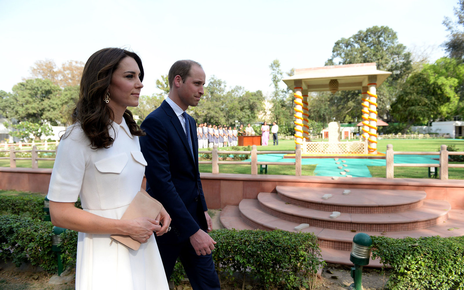 Britain's Prince William, Duke of Cambridge(R)and his wife Catherine, Duchess of Cambridge walk as they pay tribute during a visit to Gandhi Smiriti, an Indian museum dedicated to Mahatma Gandhi in New Delhi on April 11, 2016. / AFP / PRAKASH SINGH