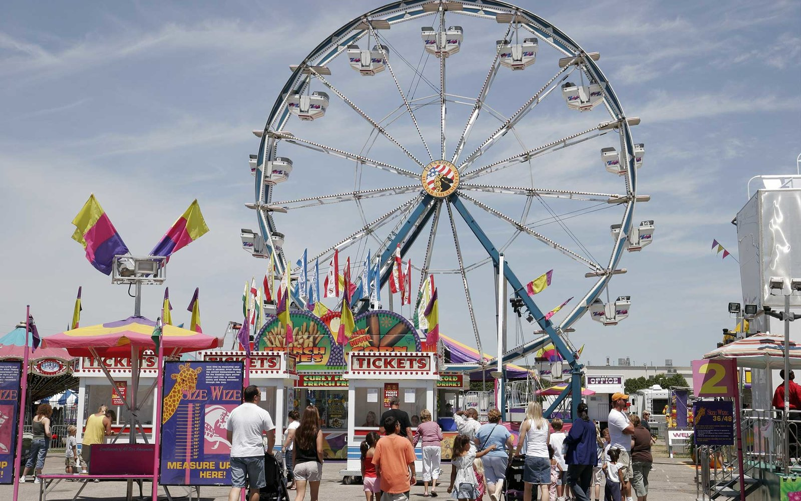 Indiana, Valparaiso, Porter County Fair, Ferris Wheel, Carnival Rides, Families. (Photo by: Jeff Greenberg/UIG via Getty Images)