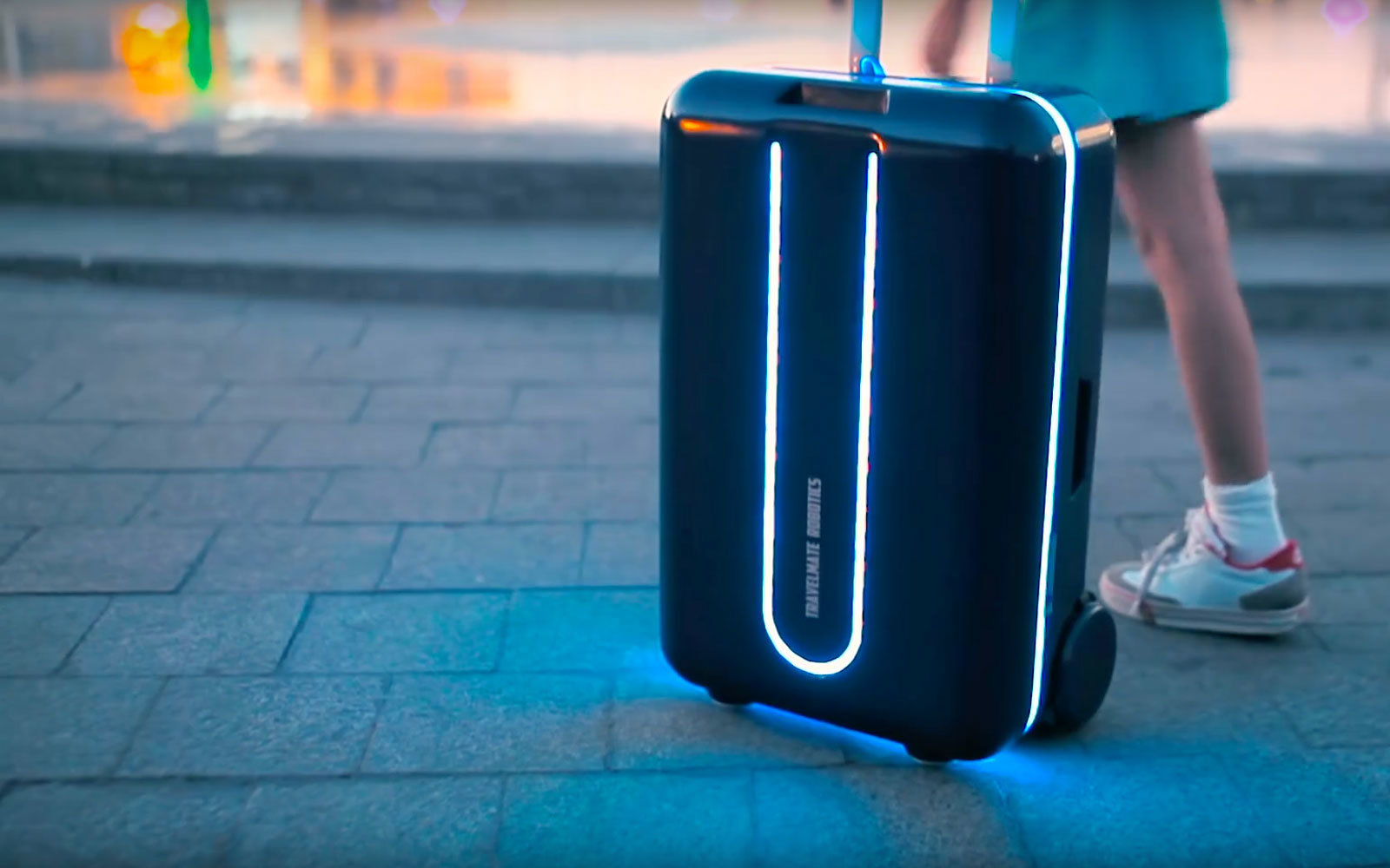 This Robotic Suitcase Can Follow You Around the Airport ...