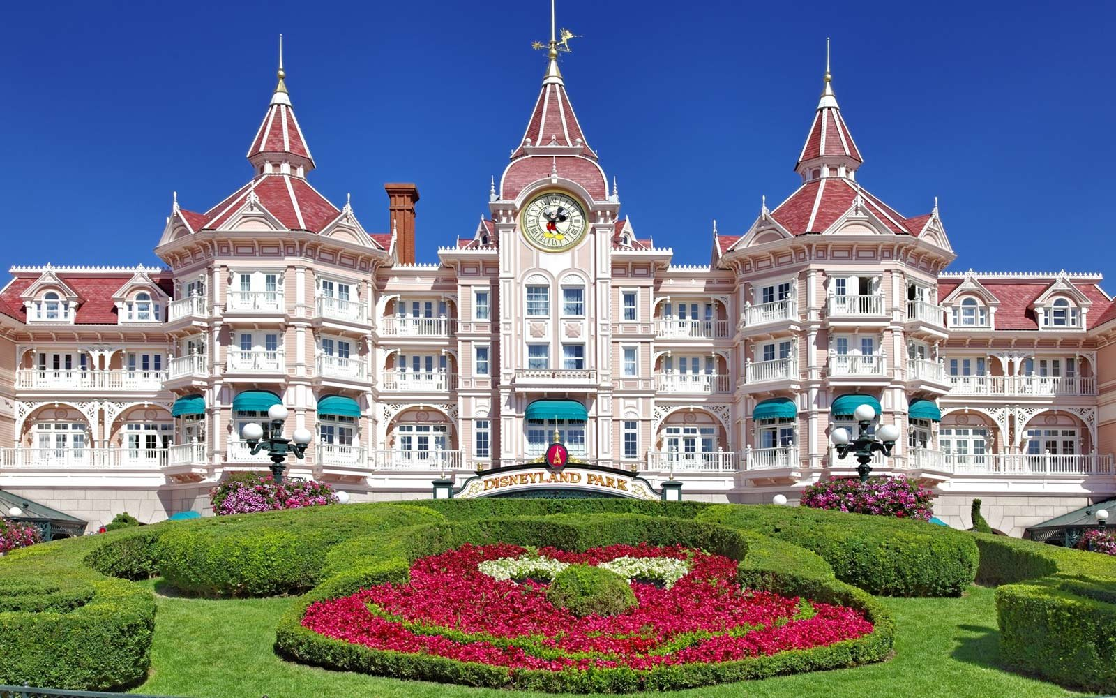 Why disneyland paris is worth a visit travel leisure for Hotels eurodisney