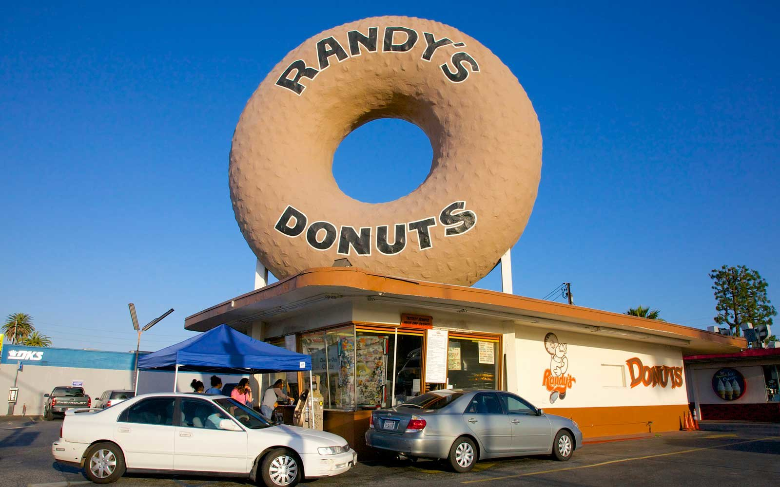 Randy's Donuts, Inglewood, Southern California, USA.  Built in 1953, massive pastry is 32-feet high.