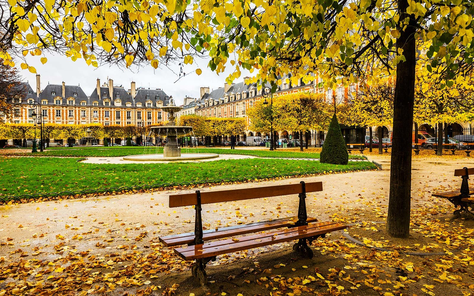 France, Île-de-France, Paris . Le Marais, Place (square) des Vosges in autumn (fall)