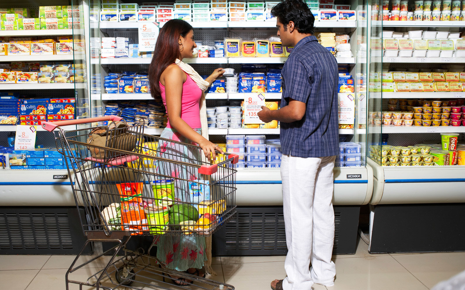 couple-grocery-shopping-CUTBACK0717.jpg