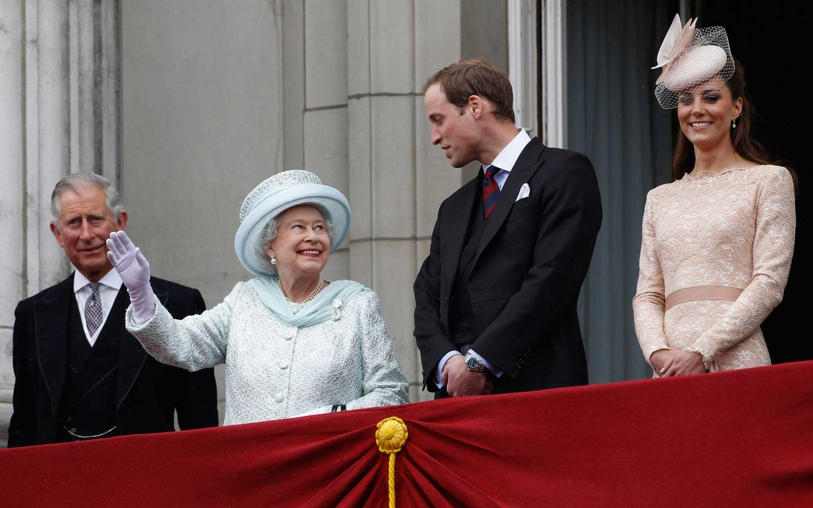 LONDON, UNITED KINGDOM - JUNE 05:  (L-R) Prince Charles, Prince of Wales, Queen Elizabeth II, Prince William, Duke of Cambridge and Catherine, Duchess of Cambridge on the balcony of Buckingham Palace during the finale of the Queen's Diamond Jubilee celebr