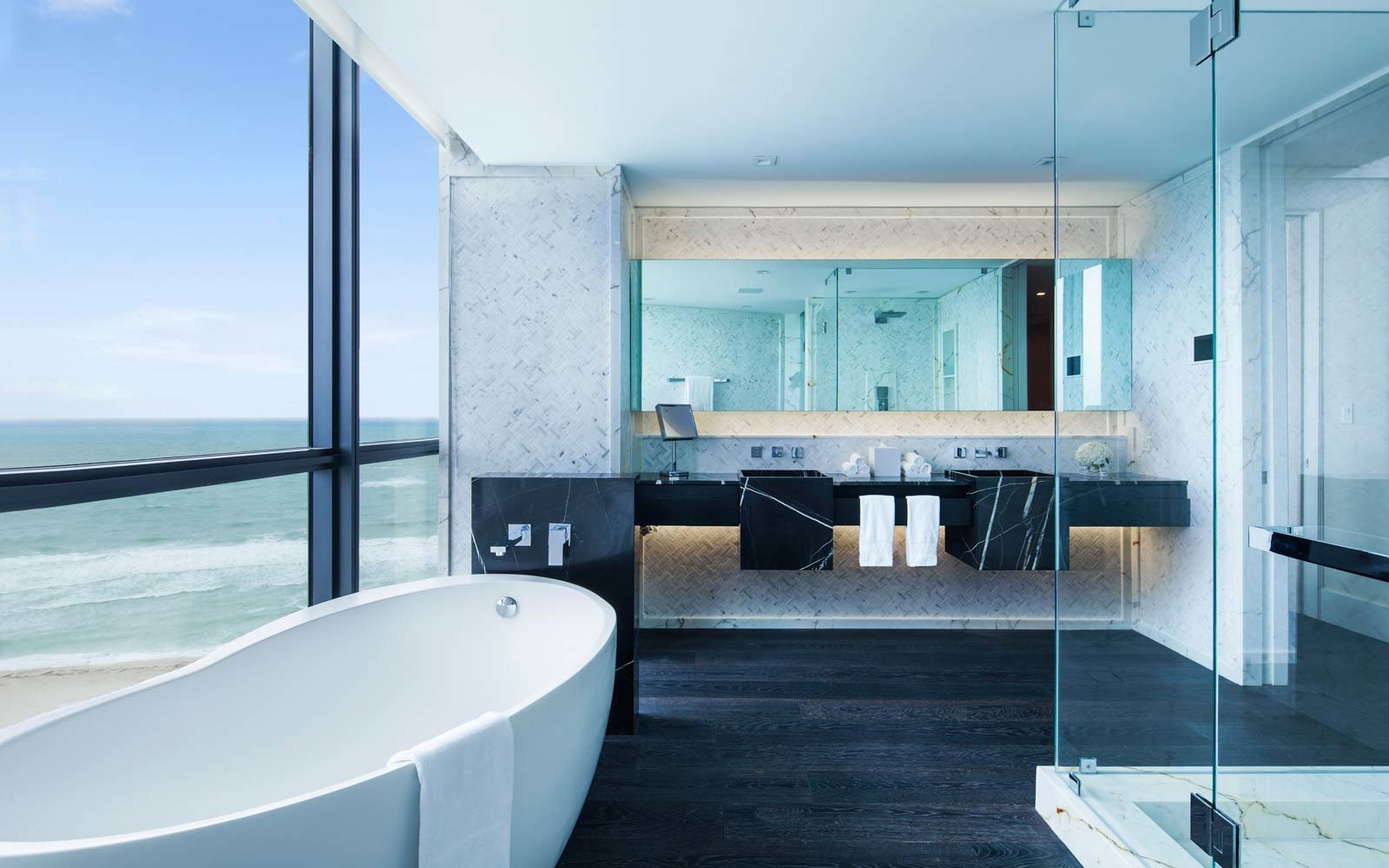20 hotel bathrooms that will have you spending vacation in for Bathroom design sites