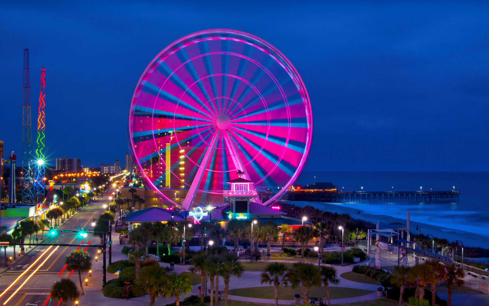 USA, South Carolina, Myrtle Beach, Illuminated Ferris wheel on Grand Strand