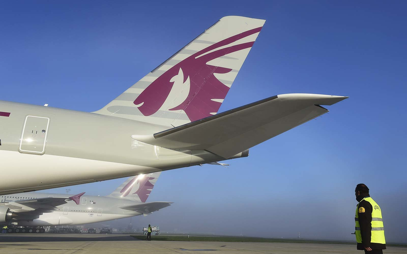 qatar airways a350 airplane flight diverted