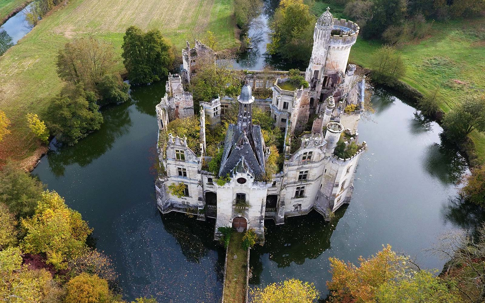 7400 strangers scrape together 500000 euros to buy historic French castle