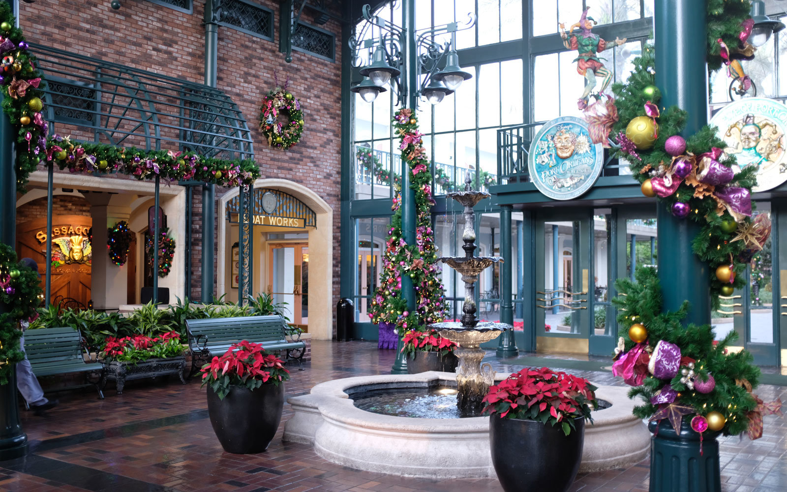 Port Orleans courtyard at Christmas