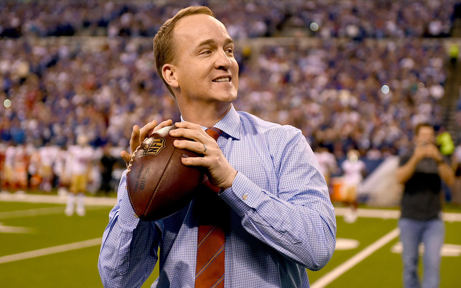 Watch Peyton Manning Surprise Holiday Travelers With A Special Airport Visit