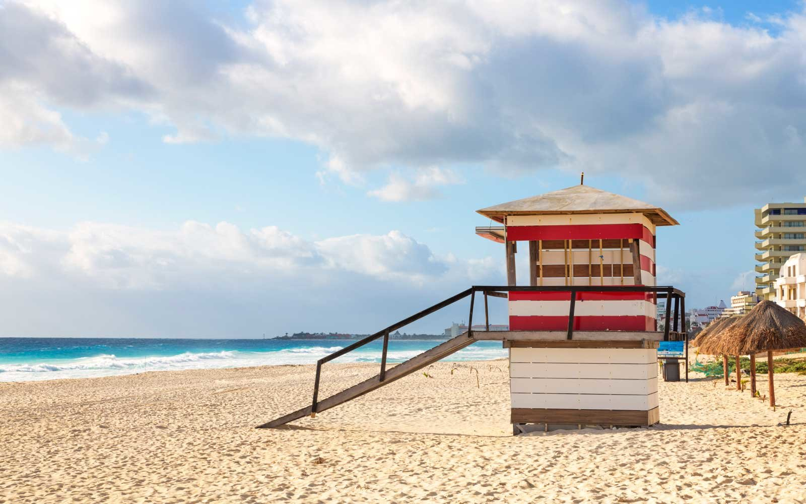 Mexico, Quintana Roo, Cancun, Playa Delfines, View of beach and lifeguard hut on sunny day