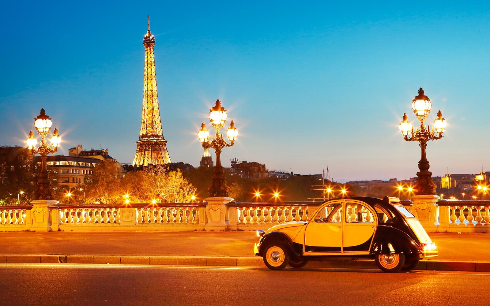 vintage-car-eiffel-tower-paris-EIFFELPM0118.jpg
