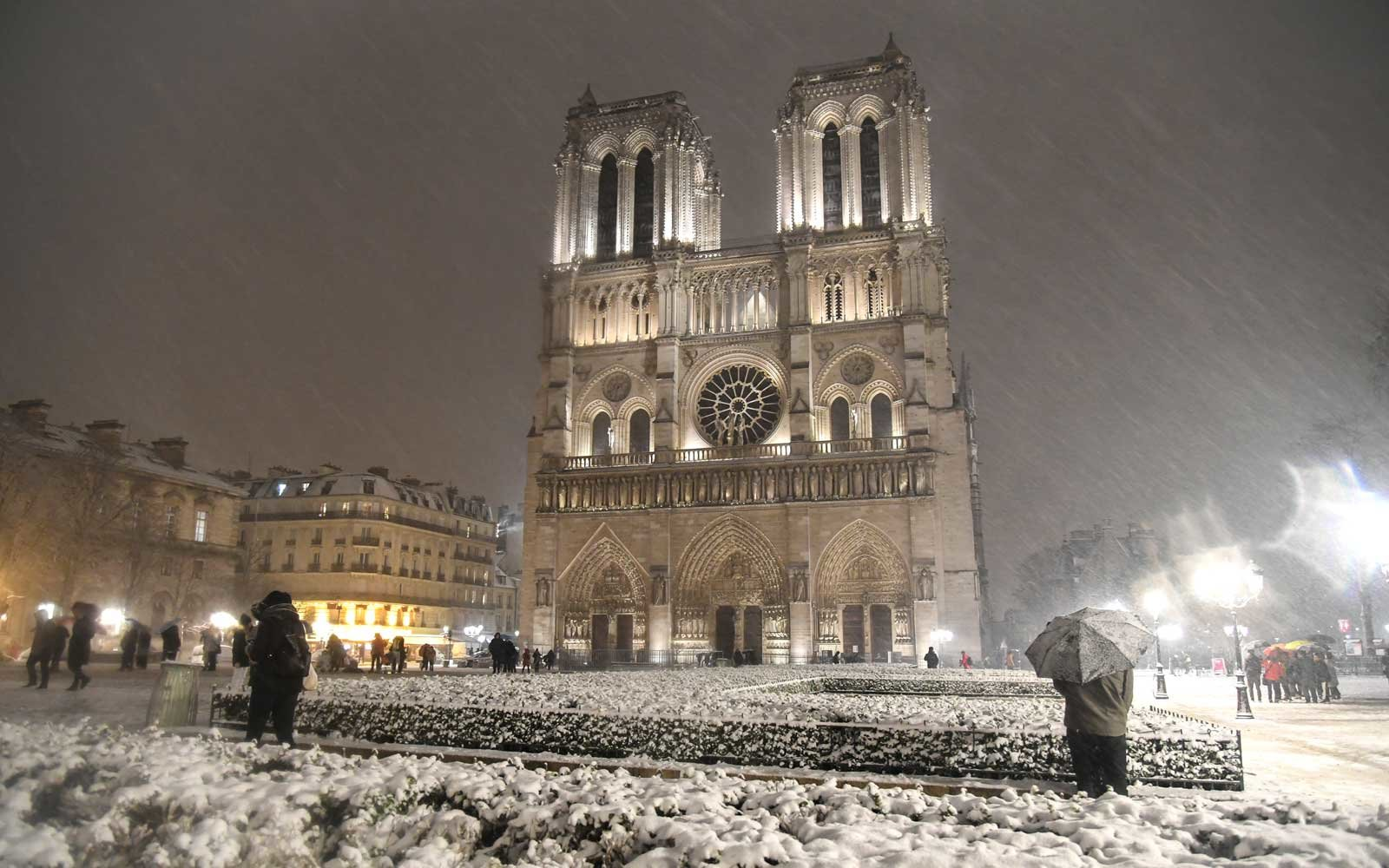 An evening snow storm at Notre Dame