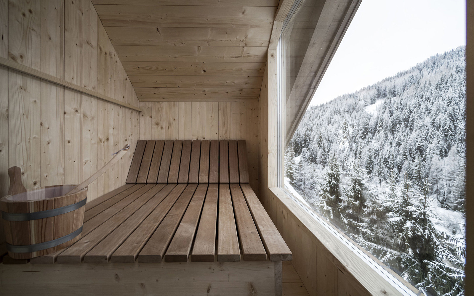 This Mountaintop Retreat Is The Most Luxurious Way To See The - Rosa alpina