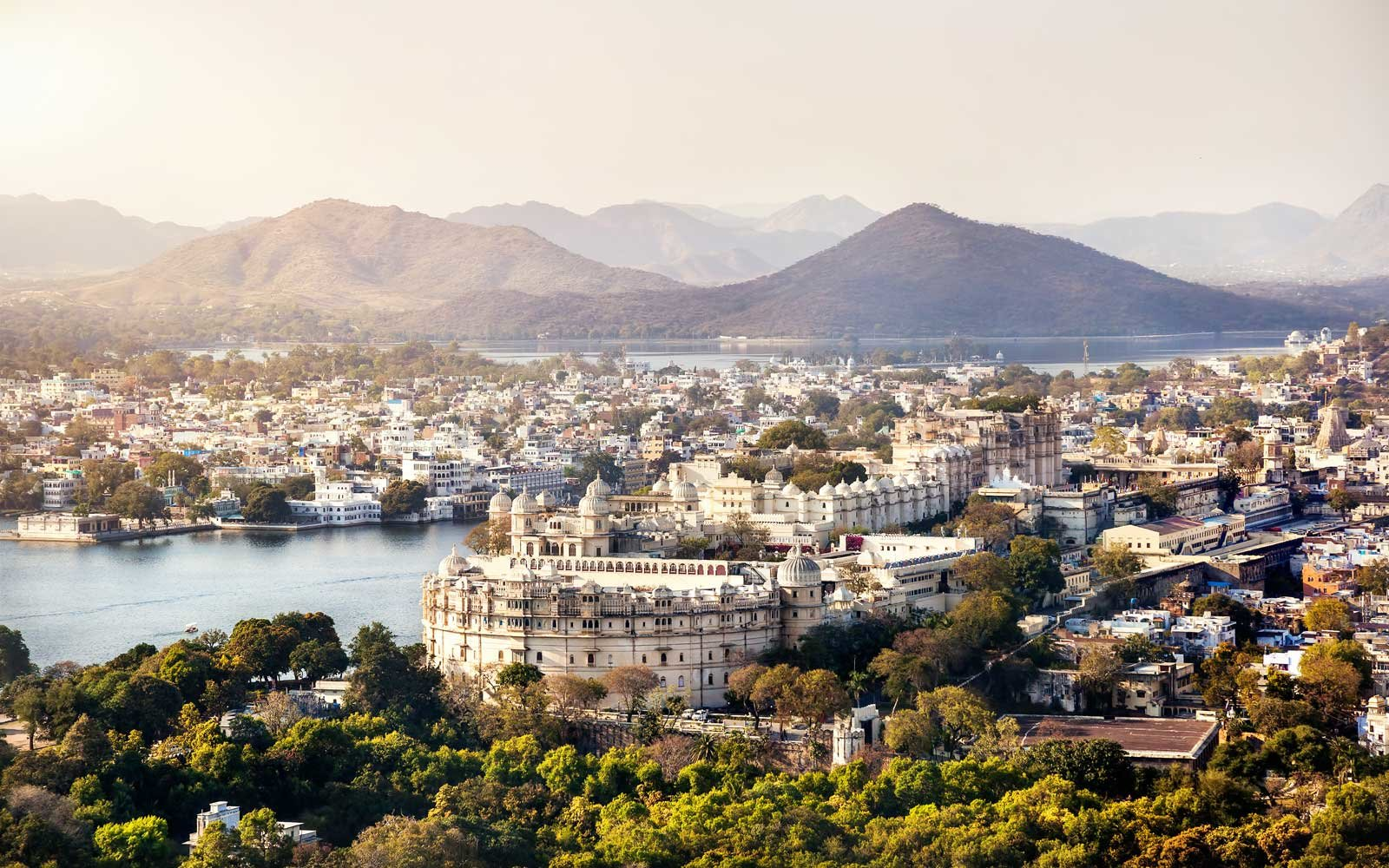 lake pichola and city palace in udaipur india