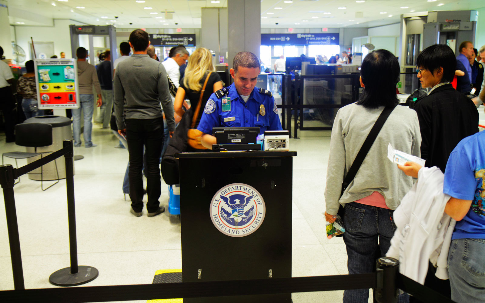 A TSA agent engaged a young boy in a dance off at the Newark Liberty International Airport last week.
