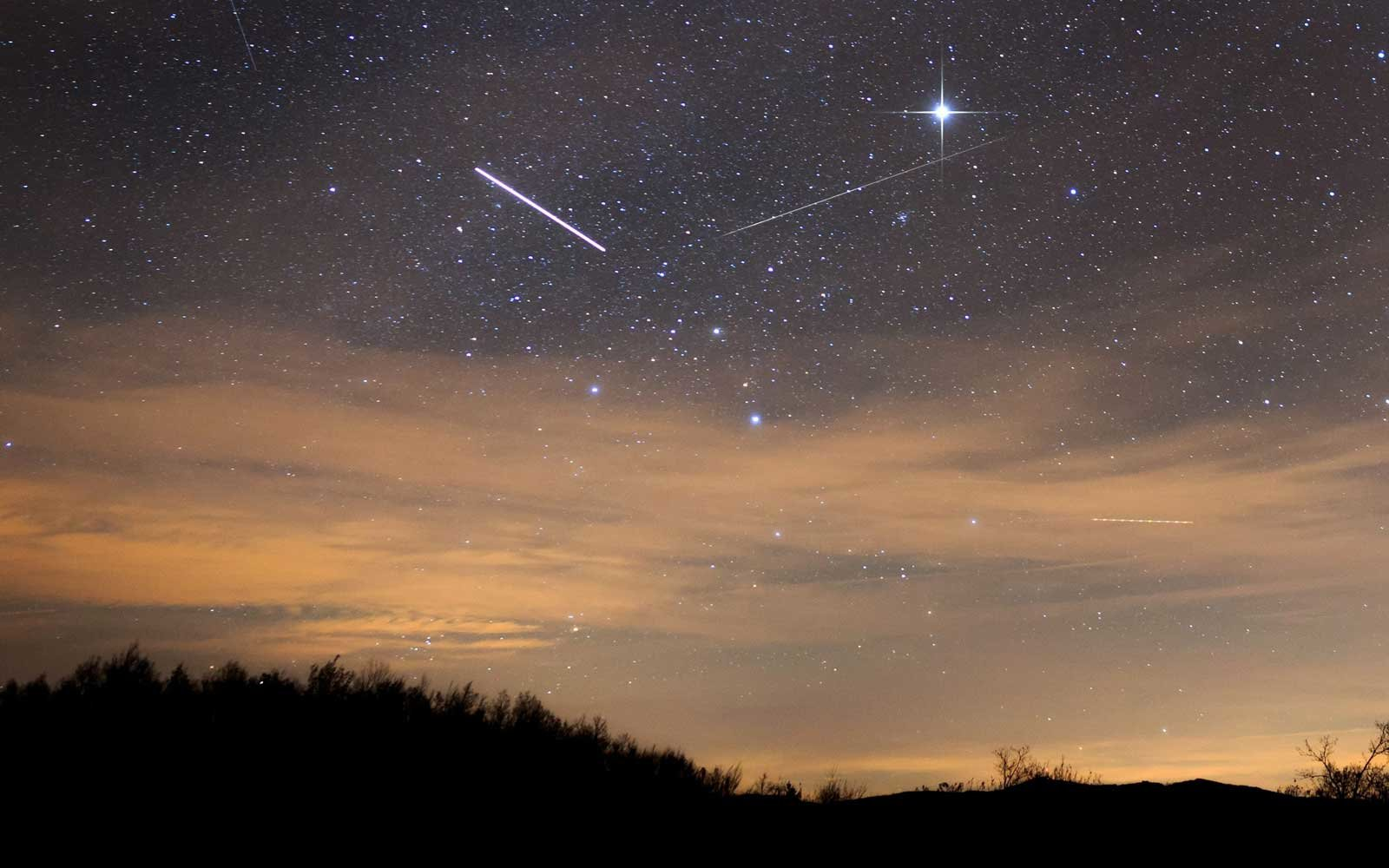 A Meteor Shower Is Peaking This Halloween Here S How To