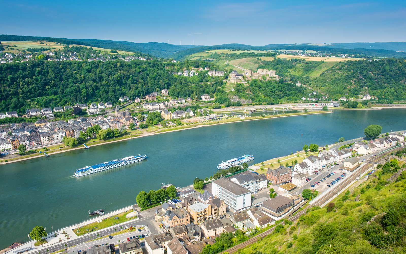 Cruise ship passes St. Goarshausen on the River Rhine, Rhine Gorge, UNESCO World Heritage Site, Germany, Europe