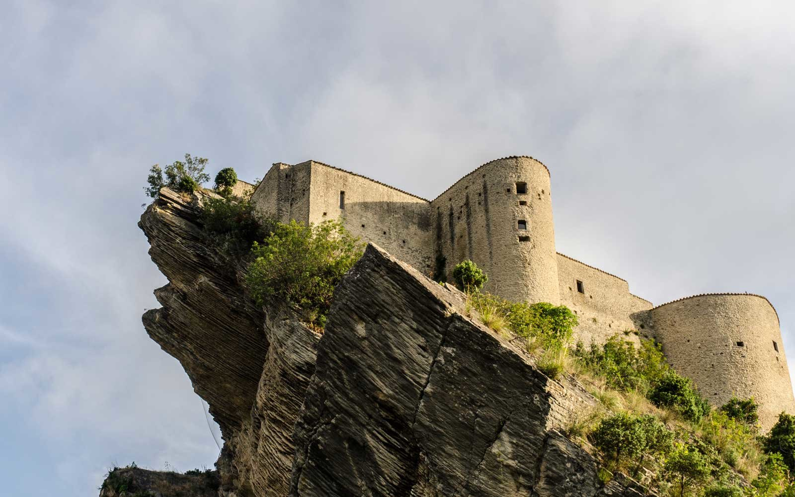 You can stay in an Italian medieval fortress known as the Castle in the Sky for just 114 per night foto