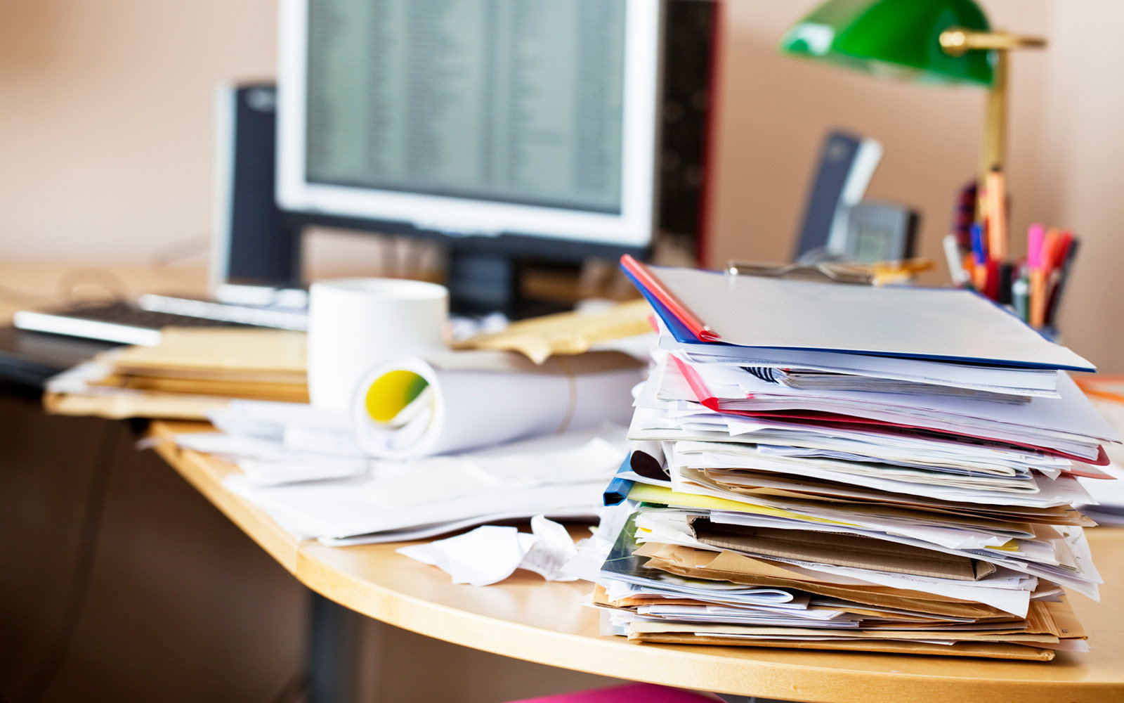 10 Messy Desks of Successful People - Office Pains