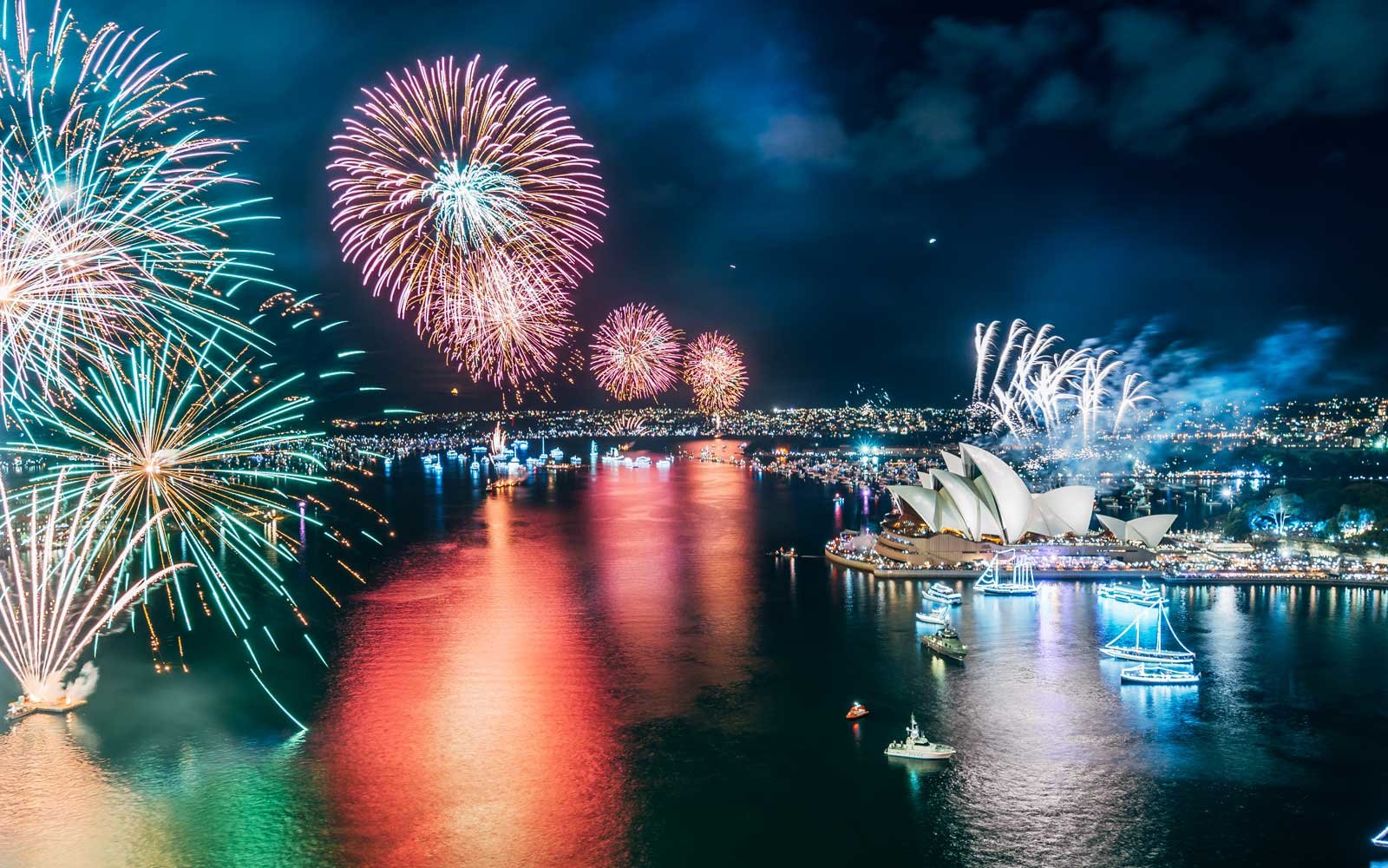 sydney-new-years-eve-fireworks-NYEGOLIST1218.jpg