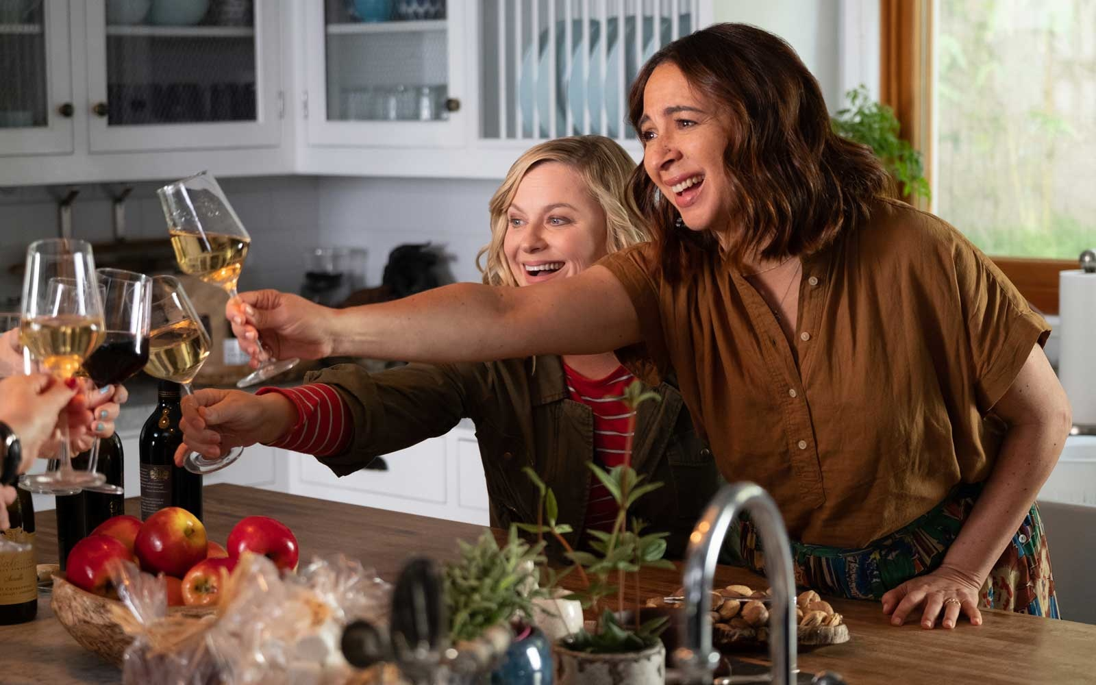 Poehler, Dratch, Rudolph, Fey in Fun Trailer for 'Wine Country' Comedy