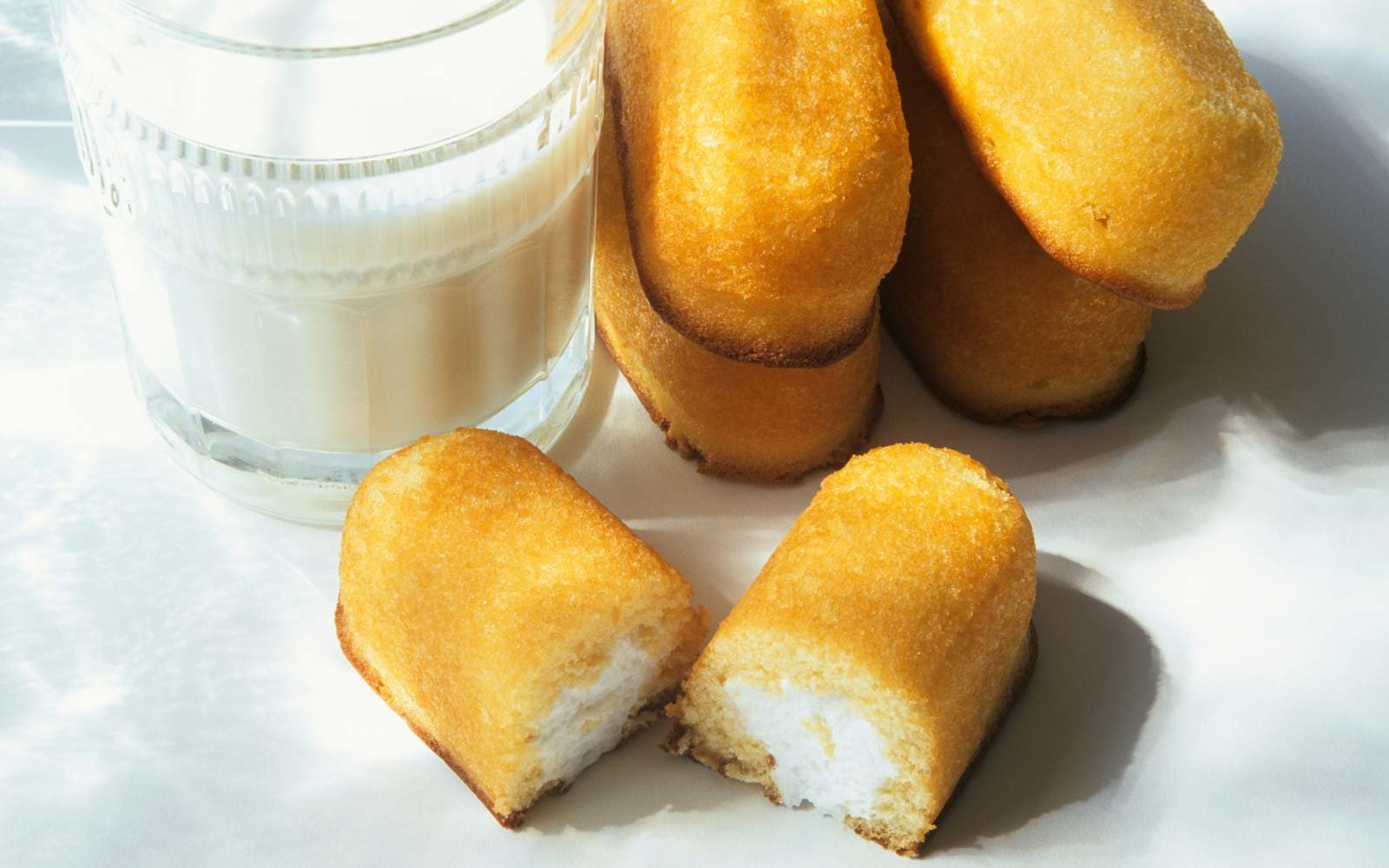 Twinkies with glass of milk, close up