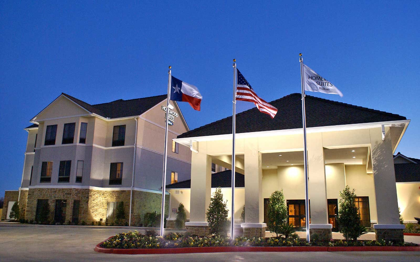21-year-old front desk employee single-handedly keeps Texas hotel running during storm