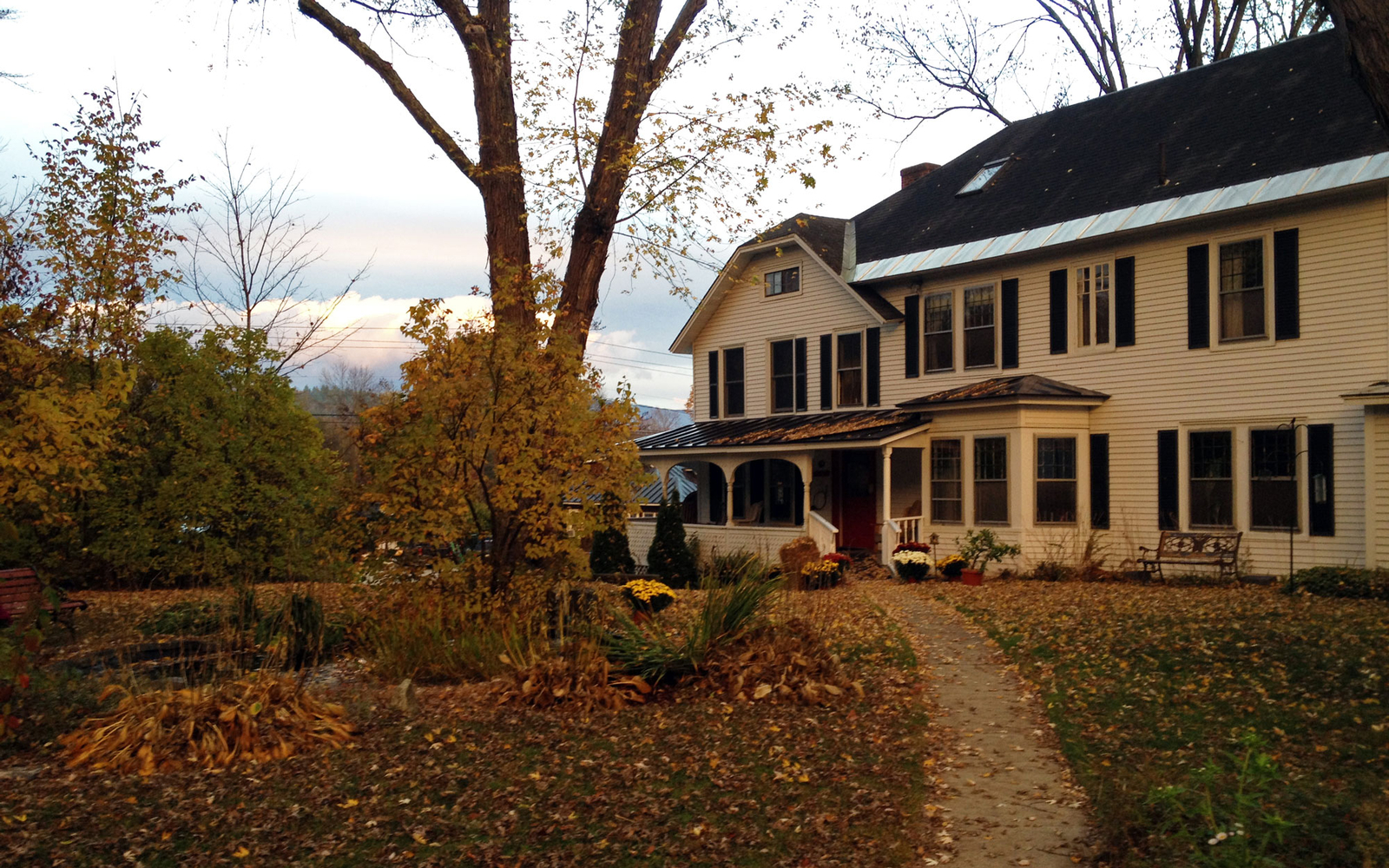 golden stage inn in fall at ludlow vermont