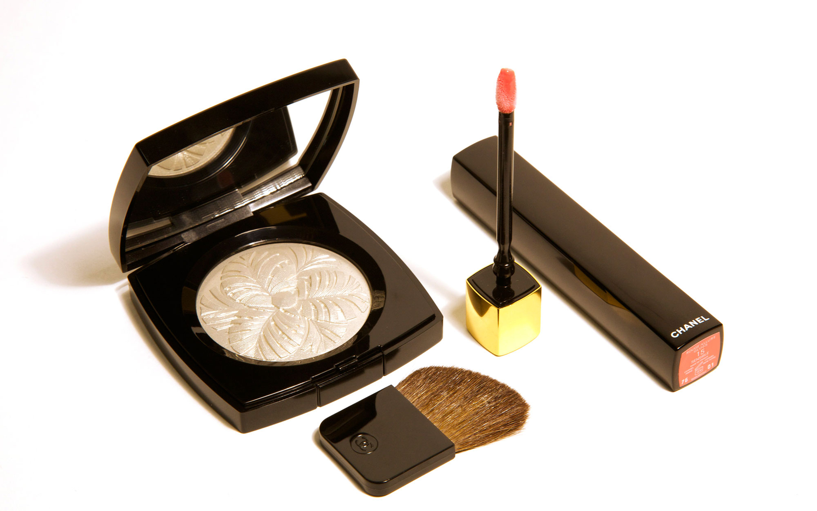 Chanel Camélia de Plumes Highlighting Powder and Chanel Rouge Allure Gloss Colour & Shine Lipgloss in One Click