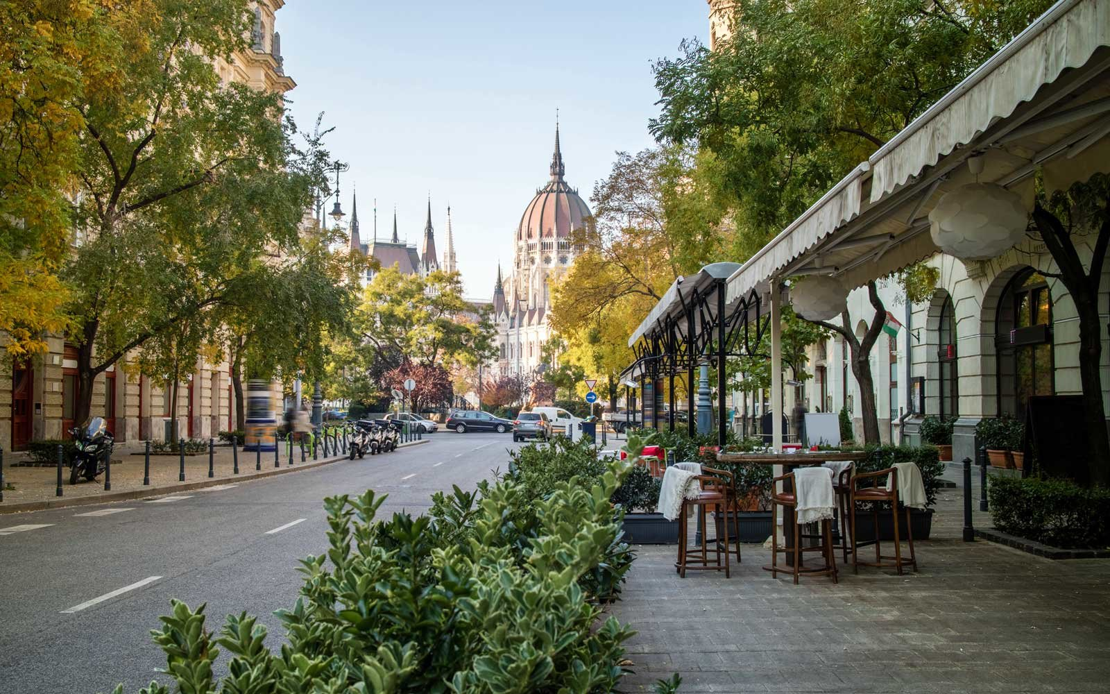 Street of Budapest with view at the Hungarian Parliament ca7c1b2cfb6