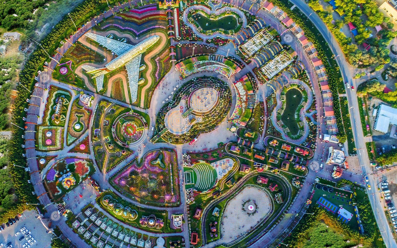 The worlds biggest flower garden sits in the middle of a desert blossoming bouquets dhlflorist Images