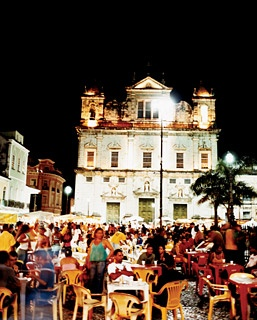 A crowd gathers in front of the Catedral Basílica de Salvador, in Terreiro de Jesus, the Pelourinho neighborhood's main square.