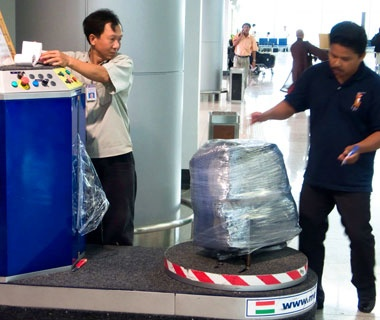 201202-w-prevent-luggage-theft-wrapping-service